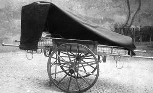 Durante la guerra l'autolettiga della Croce Rossa era stata requisita per essere utilizzata dai militari. A Cusano si adattò questo semplice carretto come lettiga.